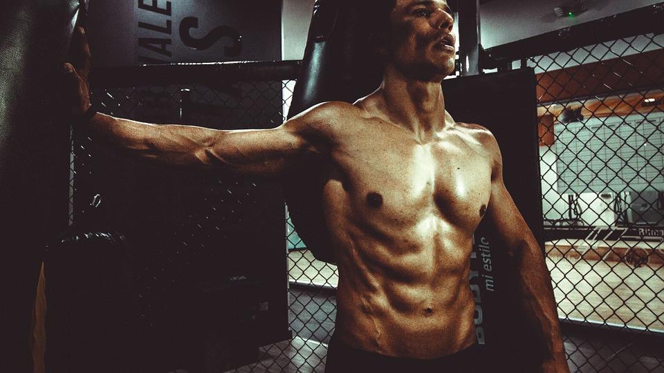 wyrzeźbione mięśnie